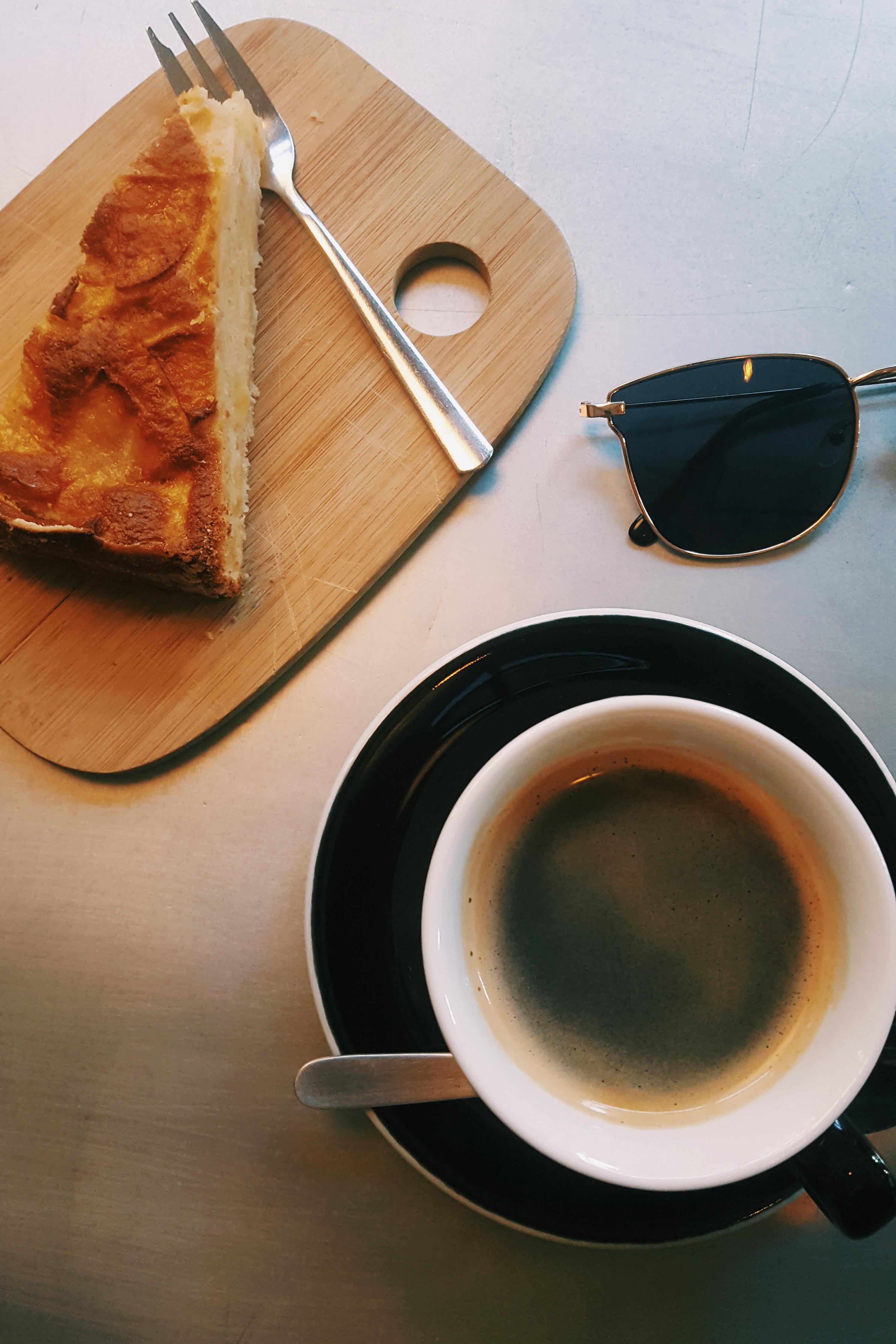 Café et tarte aux pommes et à la cannelle